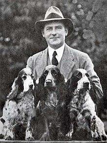 HS Lloyd con tres perros campeones de su criadero llamado Of Ware